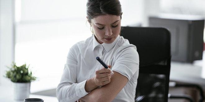 woman injecting insulin